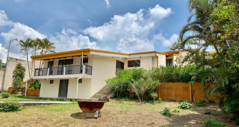 H 1320 Residence with a large garden and pool located in upscale Los Laureles, Escazu