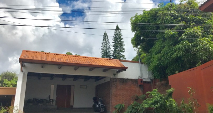 R 2545 SINGLE LEVEL HOME WITH 2 MASTER SUITES, IN CUL DE SAC, WITH 24 HOUR SECURITY JUST 200 METERS FROM THE OLD ROAD TO SANTA ANA. BY THE BUILDING EL CORTIJO