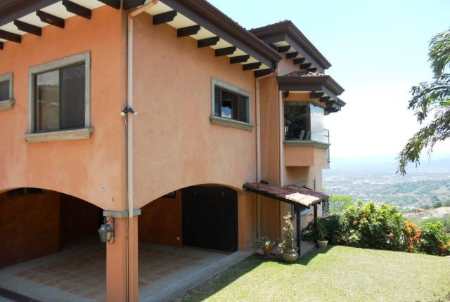 C 722 House in an exclusive condominium in the mountains of Santa Ana with fabulous views of the valley of the sun in the area of the Monasteriocontiguoa a Escazu