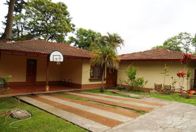 R 758 Colonial style, interior patio, single level home, large garden, in gated community with pool in Bello Horizonte Escazu