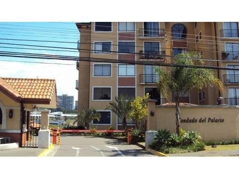 R 785 Practical apartment in a building just steps from the Hotel San Jose Palacio