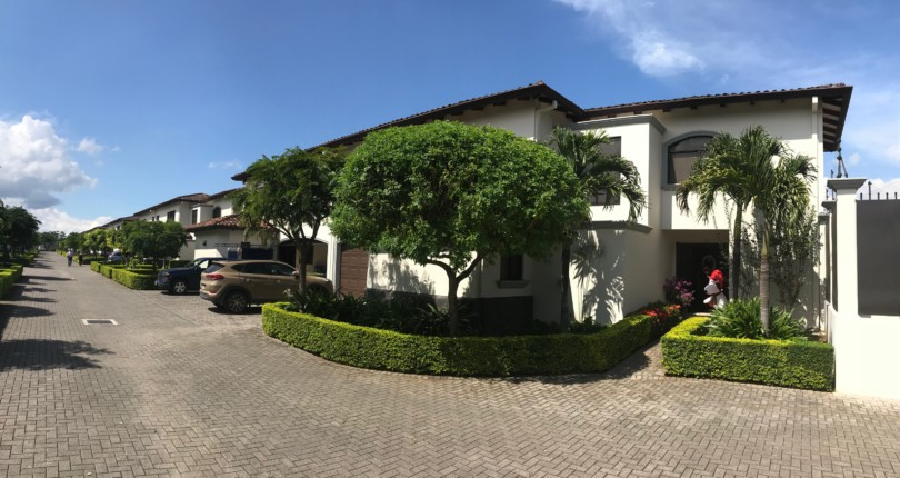 R 2791 4 Bedroom Home in great condominium, family atmosphere, Near a golf course and tennis club, shops and private schools