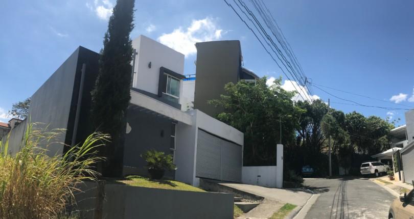H 2865 Modern 2 berdoom house in Urbanizacion Vista del Canon, Santa Ana
