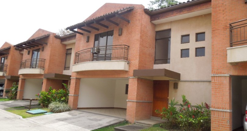 R 48 Practical and secure Town house in Trejos Montealegre with a great common area pool, great 24 hour security