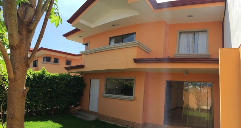 R 442 Townhouse in a condominium of 4 units in neighborhood with access control, in Pozos de Santa Ana near Forum.