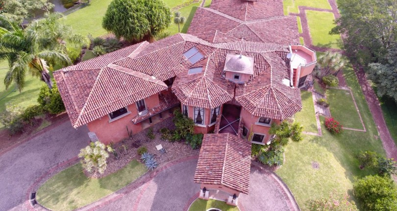 F 2971 A Luxurious Private Villa with an indoor pool and lush gardens in Río Oro de Santa Ana