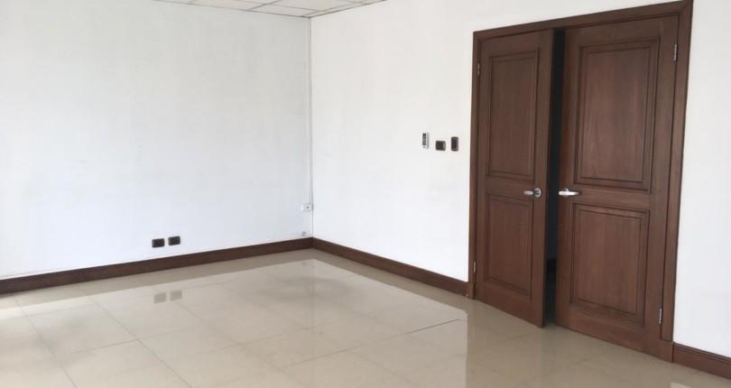CC 3061 RENTAL   Sabana Sur Office 50 mts  Located on the 2nd floor, with Lake La Sabana view