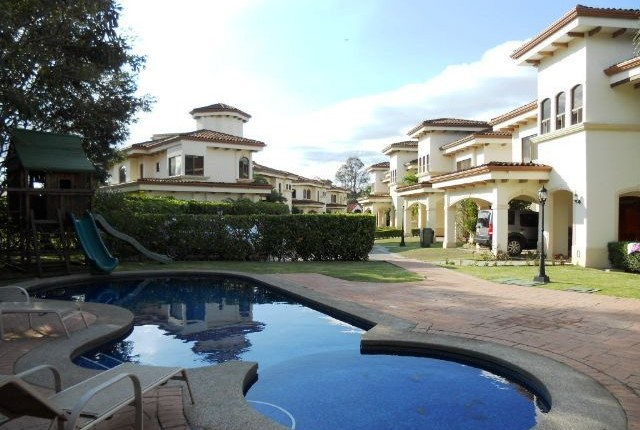 F 3087  Furnished townhouse in a condominium in an exclusive urbanization with tennis club and golf course. Parque Valle del Sol
