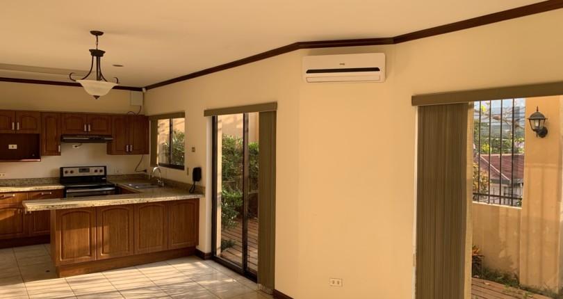 R 3091 Town House  with kitchen  appliances in a condominium in Bello Horizonte de Escazu with public transport