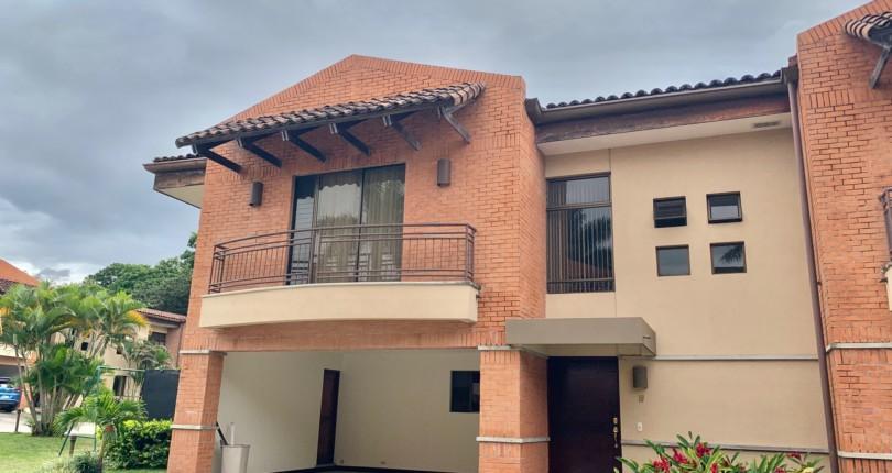 R 520 Town House in Condo in Trejos Montealegre next to Avenida Escazu