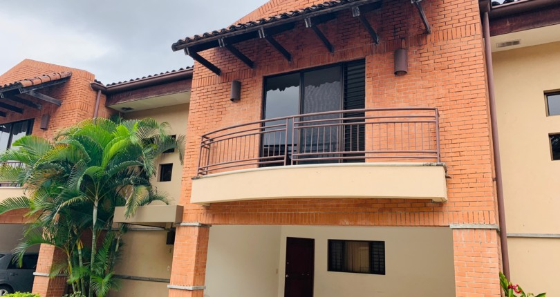 R 50 A few steps from Avenida Escazu PRACTICAL AND SECURE TOWN HOUSE IN TREJOS MONTEALEGRE WITH A GREAT COMMON AREA POOL, GREAT 24 HOUR SECURITY