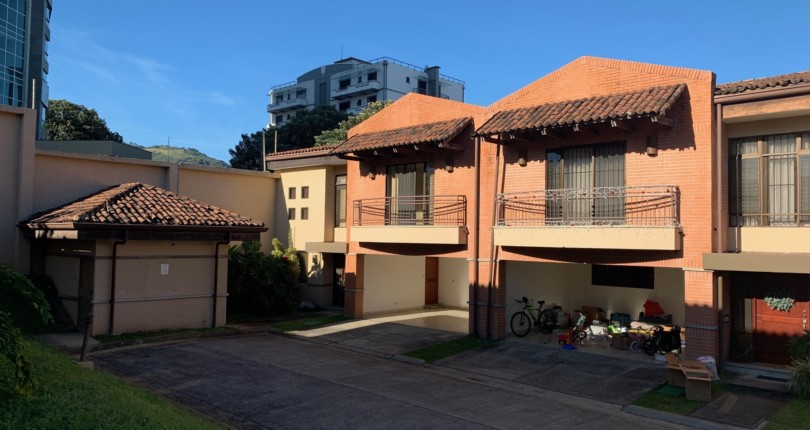 R 1103  Practical and secure Town house in Trejos Montealegre with a great common area pool, great 24 hour security.