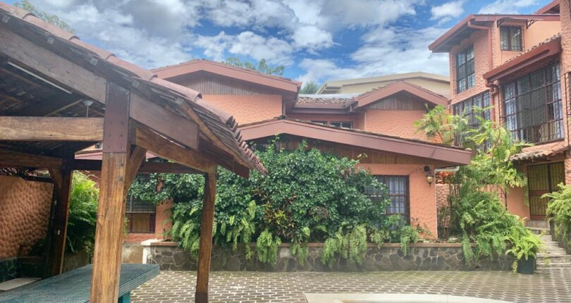 F 3344  Furnished 4 bedroom house with pool in common area in Nunciatura Rohrmoser
