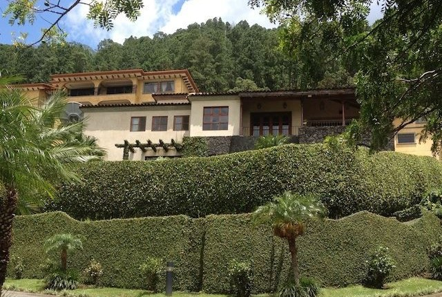 C 1527 A detached house with style and character in exclusive condominium in the mountains of Santa Ana with fabulous views of the valley of the sun in the area of the Monasterio next to Escazu