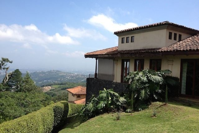 R 1489 A detached house  with style and character in exclusive condominium in the mountains of Santa Ana with fabulous views of the valley of the sun in the area of the Monasterio next to Escazu
