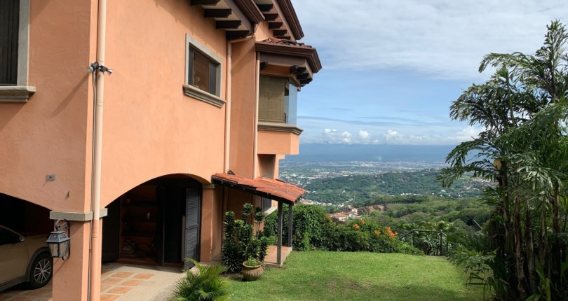 R 721 House in an exclusive condominium in the mountains of Santa Ana with fabulous views of the valley of the sun in the area of the Monasterio