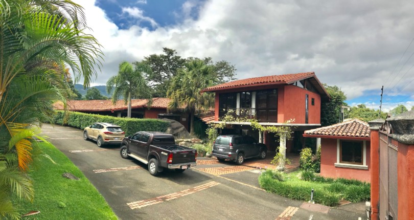 C 2708  Fabulous single level home with style and character in Escazu with a prime location with shopping malls, banks, pharmacies, within 3 minutes from the house.