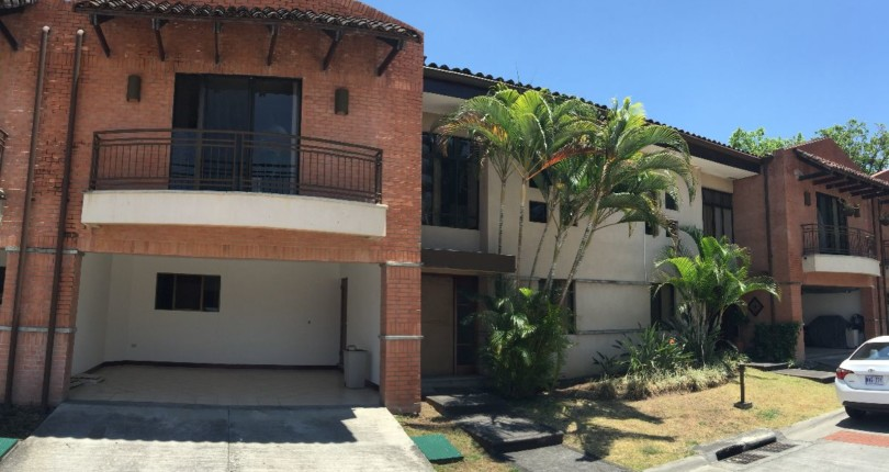 R 47 Practical and secure Town house in Trejos Montealegre with a great common area pool, great 24 hour security