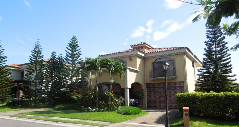C 1399 House of fine finishes, in a gated community with spacious common areas including tennis courts, pool, clubhouse and 24 hour security