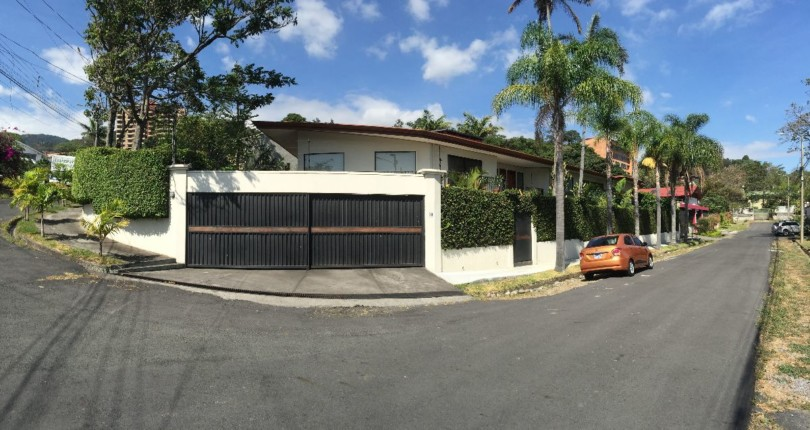 H  562 Luxury home with pool and large garden, secure,  in a central area of Escazu