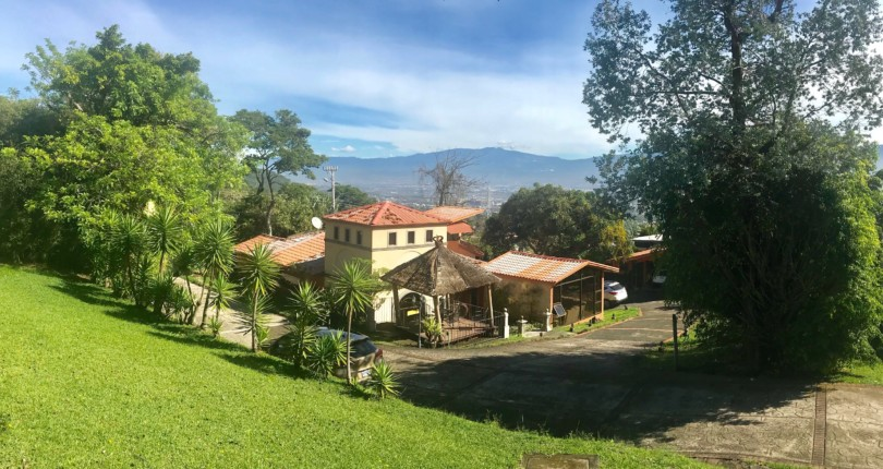 H 2890 Fabulous house overlooking the central valley, which includes a bahareque house a jewel of the past