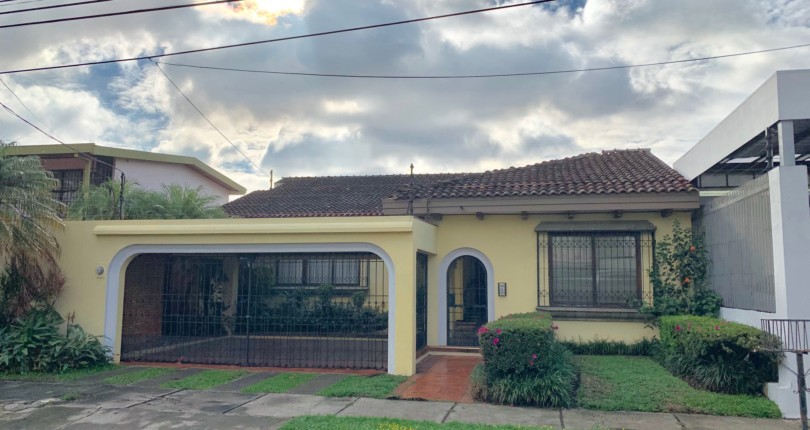 H 3116 Single level house in Sabana Sur, very functional distribution, handcrafted in fine woods Residential and commercial use