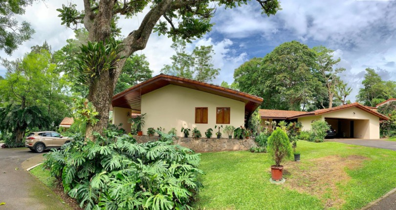 R 3172 Fabulous, spacious single level house surrounded by large gardens full of vegetation in a private residential a few meters from Escazu Centro