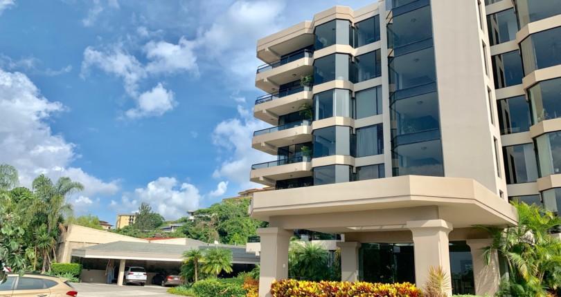 R 3179  Spacious first floor apartment Highrise in torres de Mayorca,  Bello Horizonte de Escazu with large social area