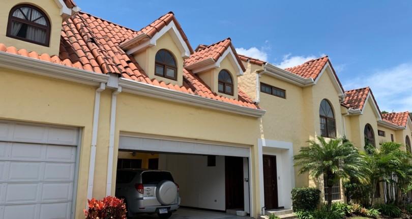 C 3189 4 bedroom condominium within walking distance. Commercial area, restaurants, pharmacies, cafes in San Rafael de Escazu