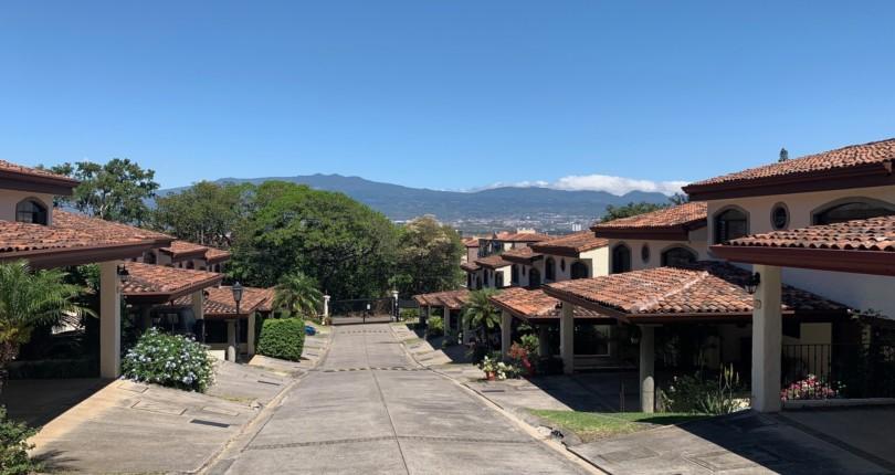 R 579 Town House in condo few blocks from World Gym in San Rafael de Escazu
