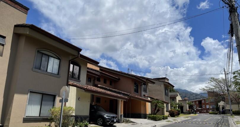 R 3265  House in condominium in Santa Ana center with fine finishes in Condominio Prados del Oeste