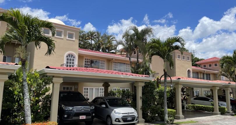 R 3900 3 bedroom townhouse with appliances in a condominium in Alto de las Palomas, Escazu