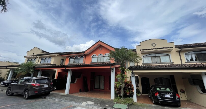 R 3927 Townhouse In the Boulevar del Sol Condominium near the golf course and tennis complex of Parque Valle de Sol