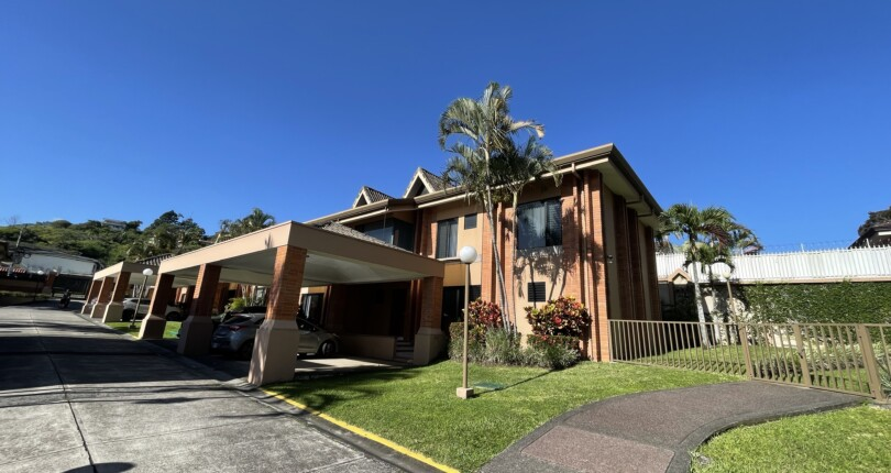 R 3925 In Bello Horizonte with easy access to the Radial and Route 27 townhouse in condominium with pool in common area