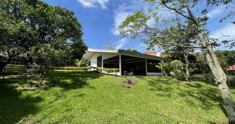 R 3950 Modern country house in Villa colon in a family property, overlooking the Virilla river canyon